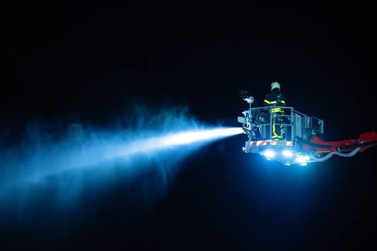 De brandweer moet waarschijnlijk nog uren blussen op het industrieterrein in Tilburg.