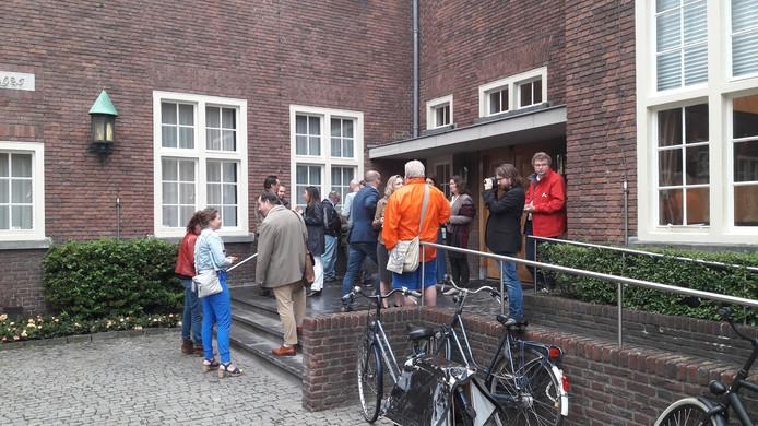 De SP-actie met enkele dak- en thuislozen op Stadserf voor het debat begint over een algeheel bedelverbod in Breda.
