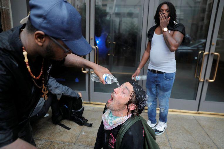 Een tegenbetoger kreeg traangas in zijn ogen.