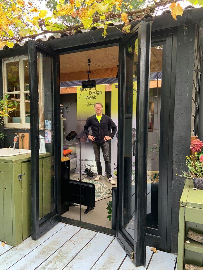 Martijn Paulen, DDW-directeur, in zijn tijdelijke tuinhuis/tv-studio.