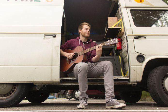 Marten Berger in zijn muziekbus