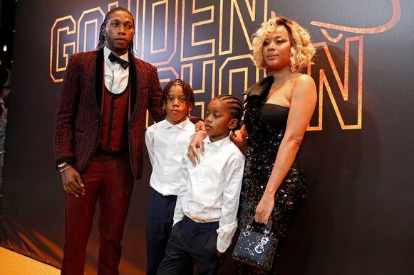 Diemerci Mbokani met vrouw Marlène en zoontjes Jess en Bradley.