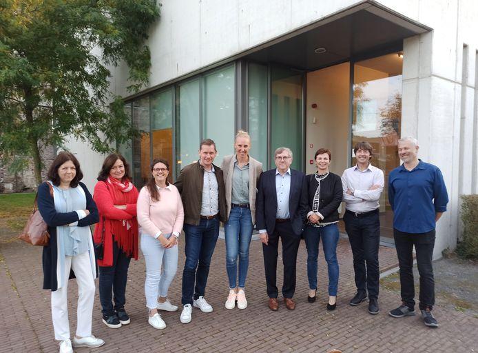Naast enkele leerkrachten gingen ook schepen Caroline Frederick (CD&V) en burgemeester Tony Vermeire (CD&V) met Ann Wauters op de foto.