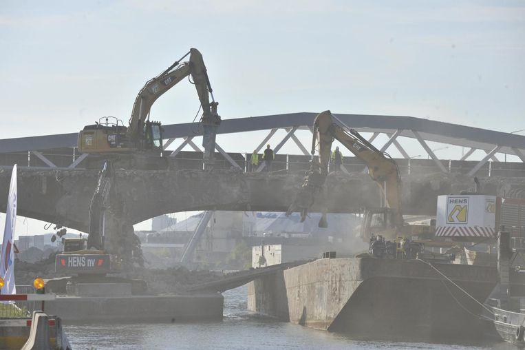 Vanop een ponton werd de IJzerlaanbrug ontmanteld.