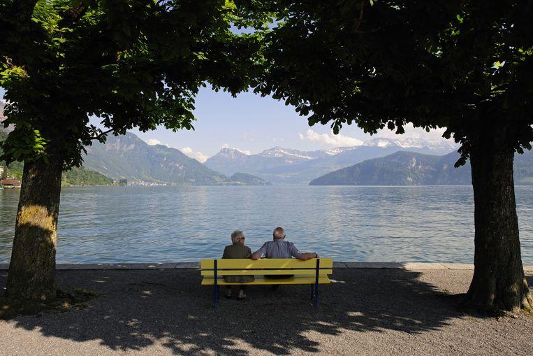 Zwitsers genieten van hun oude dag.  Beeld © McPHOTO