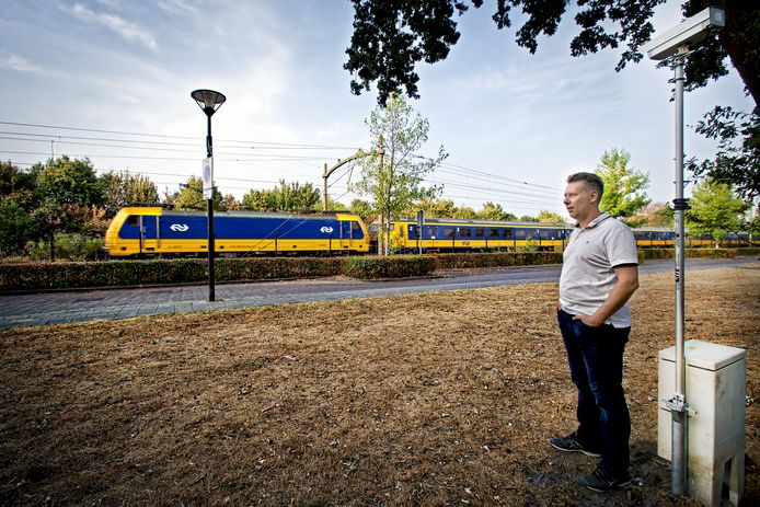 Bart van der Ven woont vlak bij het spoor in Rijen. ProRail heeft meetapparatuur geplaatst die trillingen meet langs het hele traject tussen Breda en Tilburg. Actievoerders denken dat de resultaten zo schokkend zijn dat de topman van ProRail nu waarschuwt voor trillingen bij nieuwbouw. Foto Johan Wouters / Pix4Profs
