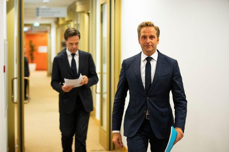 Demissionair premier Mark Rutte en demissionair minister Hugo de Jonge van Volksgezondheid, Welzijn en Sport (CDA) voor aanvang van de persconferentie over corona 12 juli.  Beeld Freek Van Den Bergh / de Volkskrant