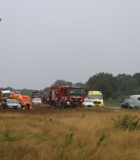 Ernstig ongeval: botsing vrachtwagen en auto op de A1 bij Voorthuizen