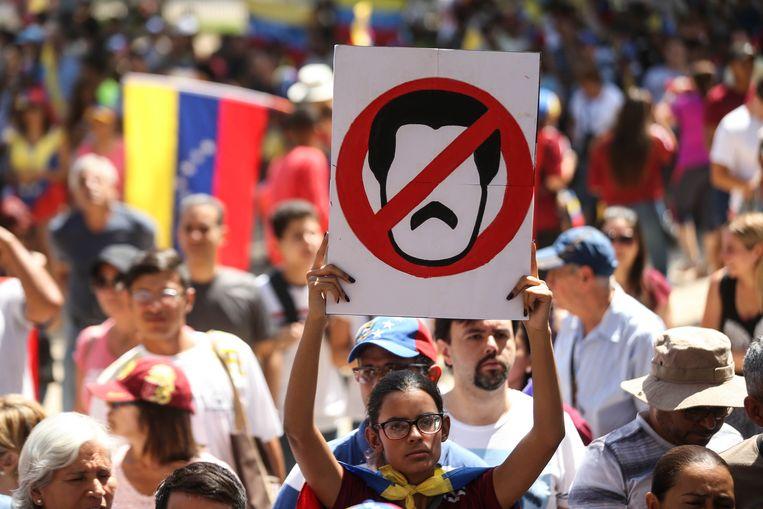 Mensen demonstreren tegen de Venezolaanse president Nicolas Maduro in de Chileense hoofdstad Santiago de Chile. Archiefbeeld. Beeld EPA