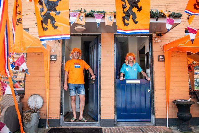 Siebe Koster (rechts) gaat de tv buiten zetten zondag. Buurman Michel Wijnands kijkt mee.