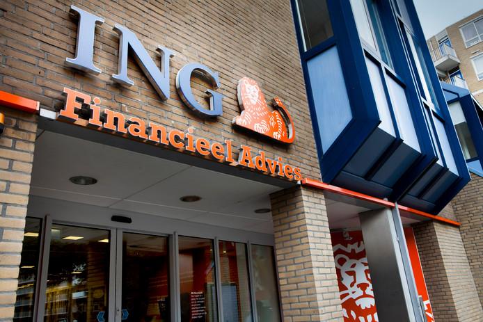 ING heeft een schikking getroffen met het Openbaar Ministerie (OM) in een onderzoek naar betrokkenheid bij witwaspraktijken. De bank is akkoord gegaan met de betaling van een boete van 675 miljoen euro en een terugbetaling van 100 miljoen euro .