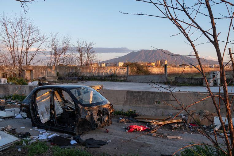 Overblijfselen van een auto en ander afval. Beeld Giulio Piscitelli