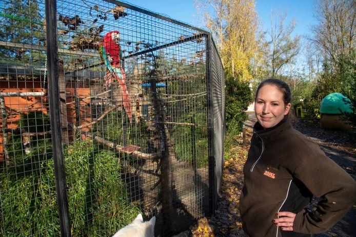 Sarah Malter bij één van de papegaaien die in beslag wordt genomen. Ook al wonen ze er al twintig jaar in goeie gezondheid en omstandigheden.