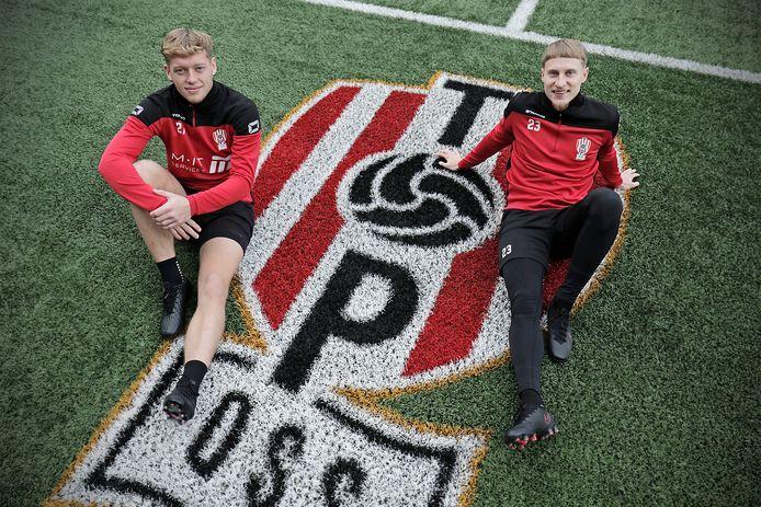 Brian Vogelzang (links) maakte bij TOP Oss zijn debuut in het betaalde voetbal.