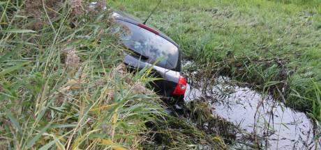Auto belandt in sloot na aanrijding in Enter, vrouw gewond