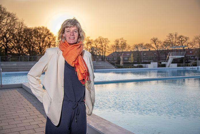 Zwolle  Rinette van der Vliet, voorzitter van de Vereniging Openluchtbad Zwolle, is blij dat de coronaregels versoepeld kunnen worden.  Zo is het bad is straks toegankelijk voor leden en introducees tot en met 17 jaar.