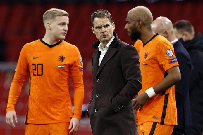 Bondscoach Frank de Boer met Donny van de Beek (L) en Ryan Babel (R). Laatstgenoemde zal er niet bij zijn op het EK.