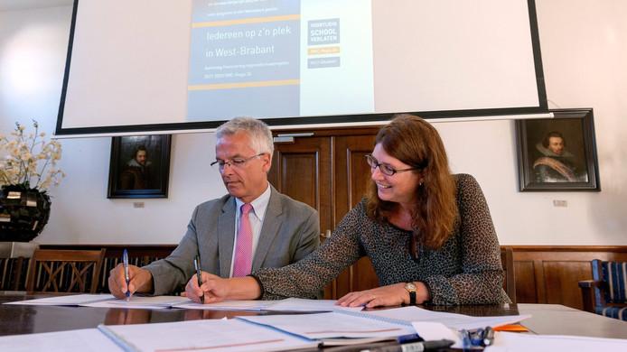 Arjan Kastelein van het ROC West-Brabant en wethouder Miriam Haagh ondertekenen de stukken.