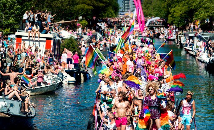Boten varen door de Prinsengracht tijdens de botenparade van de Pride.
