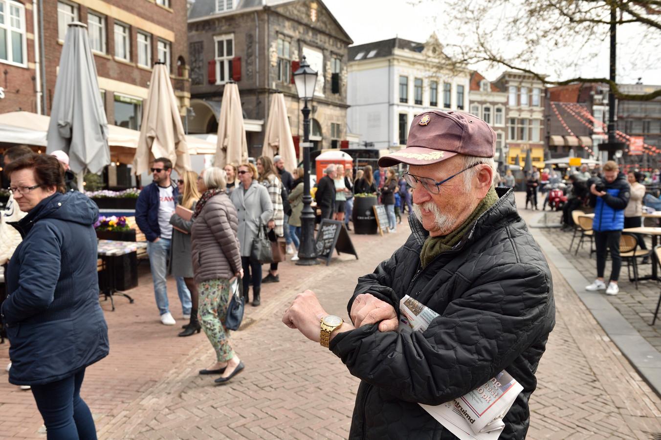 Ze stonden er in Gouda zo'n anderhalf uur voor in de rij: weer heerlijk aanschuiven op een terrasje in de lentezon. Dit en de open winkels leidde tot extra drukte in de steden.