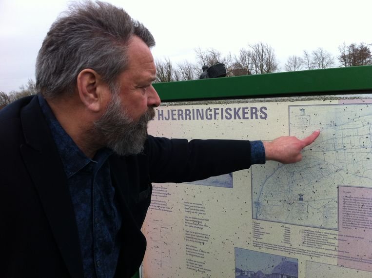 Joop Mulder tijdens de reportagetocht in maart 2017 voor de Volkskrant, langs de waddenkunst in het uiterste noorden van Nederland Beeld Annette Embrechts