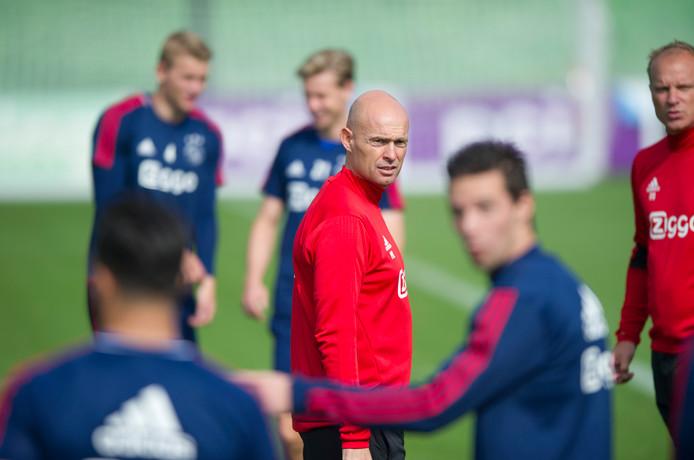 Trainer Marcel Keizer  tijdens een training van Ajax.