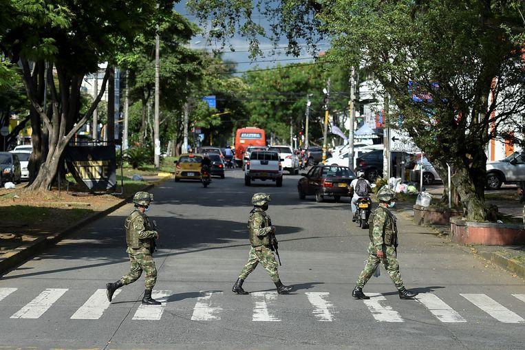 Militairen patrouilleren in de Colombiaanse stad Cali.   Beeld AFP