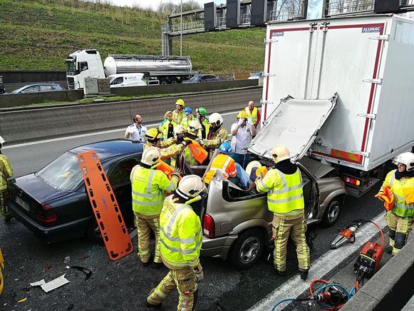 Een bestuurster moest door de brandweer bevrijd worden en werd zwaargewond afgevoerd naar het ziekenhuis.