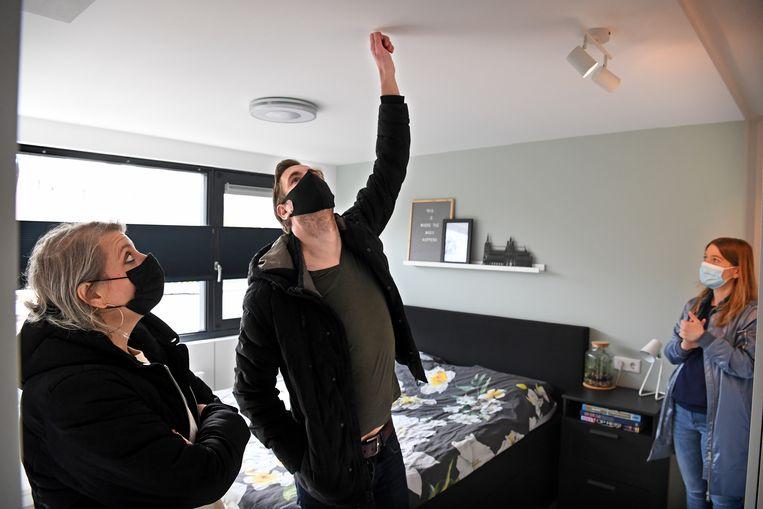 Emy Voermans en Joris van der Steen bezichtigen een woning in Den Bosch. Beeld Marcel van den Bergh / de Volkskrant