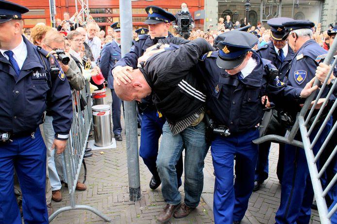 Archiefbeeld van Erwin L., de man die op Prinsjesdag 2010 een waxinelichthouder naar de Gouden Koets zou hebben gegooid, wordt gezocht door de politie, zo verklaart Nico van den Ham.