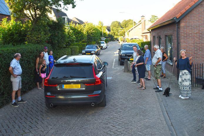 HOOGE ZWALUWE - Bewoners aan de Zoutendijk in Hooge Zwaluwe proberen het sluipverkeer in hun hofje duidelijk te maken dat het een beetje te veel wordt.