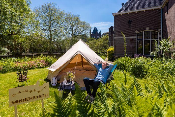 Directeur Maarten Reichwein van museum en sterrenwacht Sonnenborgh test de camping.