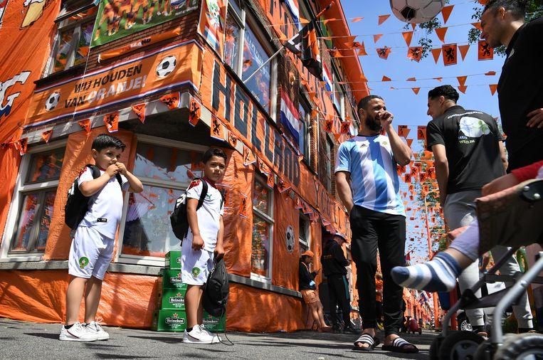 De bewoners van de Marktweg in Den Haag zijn klaar voor het EK voetbal dat op het punt van beginnen staat.  Beeld Marcel van den Bergh / de Volkskrant