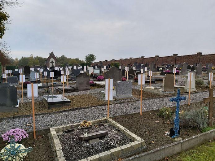 In een gedeelte van de begraafplaats werden bordjes geplaatst