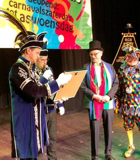 Burgemeester Boelhouwer draagt voor het laatst sleutels over in Dringersgat en Wringersgat