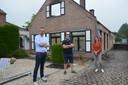 Hans Vandendriessche, Jeroen Wiggeleer en Leen Wijnant uit Denderhoutem zijn samen met de andere buren '#AtomSolidair' gestart voor Raf en Marleen, die hun huis verloren door een brand in de Kapelstraat.