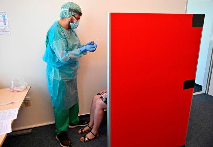 Op het vliegveld in Berlijn is een teststation ingericht voor mensen die uit een risicogebied komen.