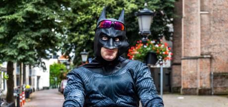 Ken jij de bekende fietskoerier, 'Batman'? Hij heeft hulp nodig: 'Ik leef in een tent in het bos'