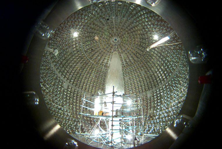 Het inwendige van de Borexinodetector in het Gran Sasso-laboratorium in Italië. De ondergrondse tank is behangen met lichtsensoren, die lichtsporen van passerende deeltjes opvangen. Beeld INFN