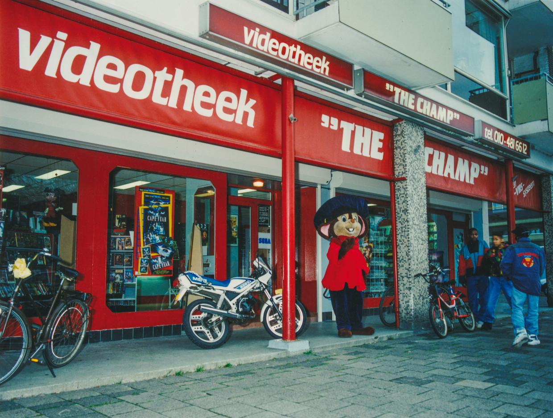 Videotheek The Champ, Meyenhage 318-320 in Rotterdam. Beeld John de Pater, 1992-93 / Coll. Familie Van der Waal, uit het boek Home Video van Gyz La Rivière.