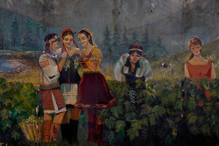 Een oud Sovjet-schilderij herinnert aan de wijnproductie in de streek.  Beeld Emile Ducke