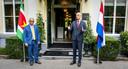 Minister Stef Blok van Buitenlandse Zaken ontmoet zijn Surinaamse collega Albert Ramdin.