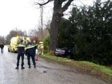 Auto slipt en botst tegen boom in Milsbeek: 18-jarige bestuurder ernstig gewond