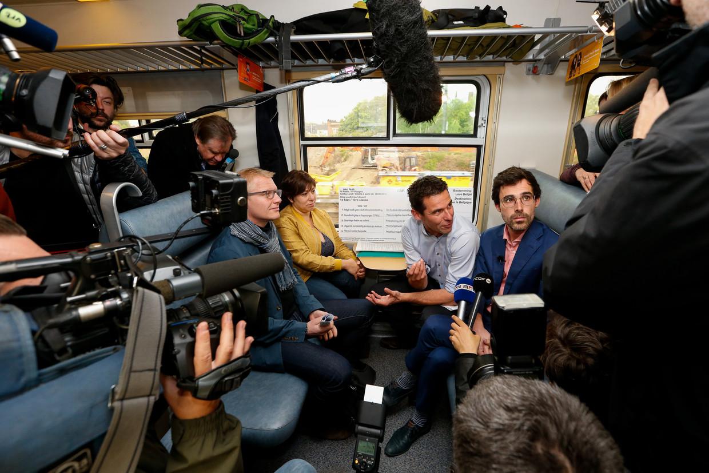 Groen-voorzitter Meyrem Almaci en Kamerfractieleider Kristof Calvo tijdens een campagne-evenement op de trein. Beeld BELGA