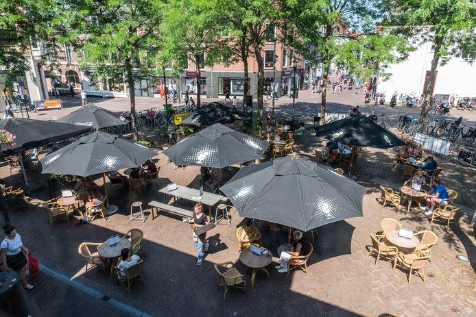 Het zomerterras van café Lazy Louis aan de Varkensmarkt.