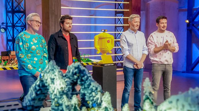 Matthew Ashton, Brickmaster Jonathan, Ruben Nicolai en Kürt Rogiers met de legobokaal.