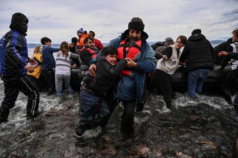 Afghaanse vluchtelingen komen aan land op Lesbos.  Beeld AFP
