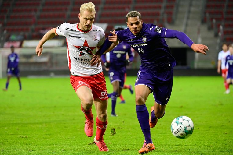 Anderlecht-spits Lukas Nmecha snelt voorbij Olivier Deschacht. Beeld Photo News