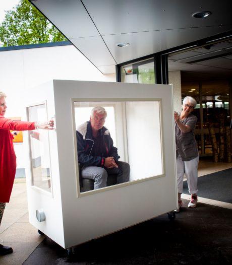 'Zeer emotioneel': na zeven weken weer op bezoek in verpleeghuis in Apeldoorn, dankzij speciale kar