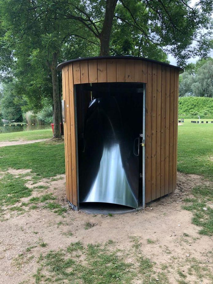 De deur van het toiletgebouwtje bij De Breuly moet met grof geweld zijn geforceerd.
